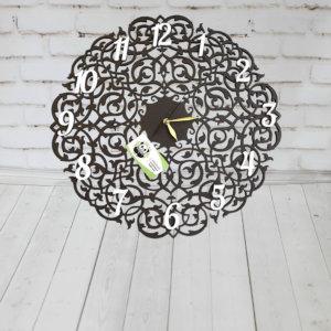 Часы из дерева с вензелями