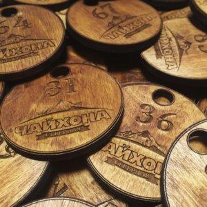 Номерки для гардероба из дерева с логотипом